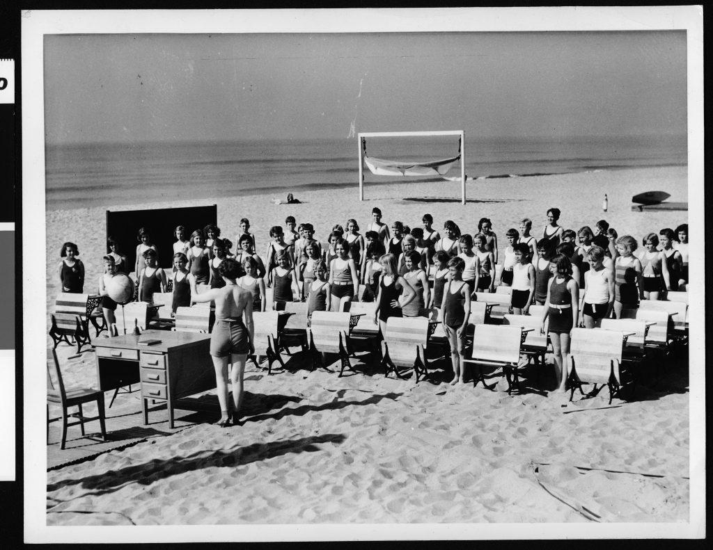 School children in class on the beach, [s.d.]