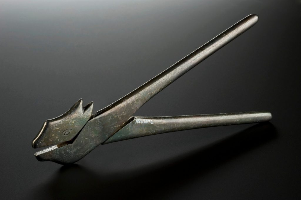 6.5.9 Replica of Ayurvedic surgical instrument representing a wolf
